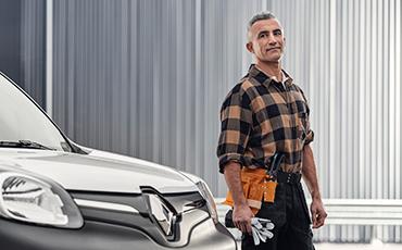 Snickare står bredvid en Renault Kangoo Z.E