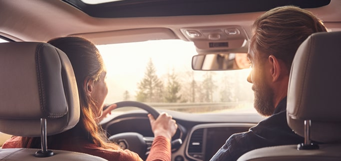 Två personer i framsätet på en Renault