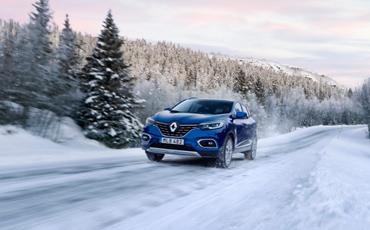 Blå Renault Kadjar åker på vinterväg