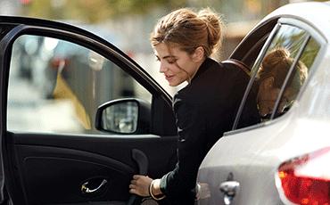 renault-kvinna-kliver-ur-bil